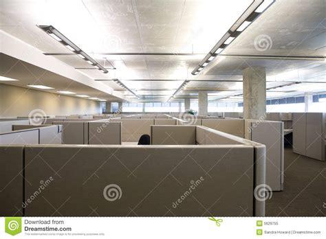 le bureau moderne compartiments dans le bureau moderne propre photo libre de
