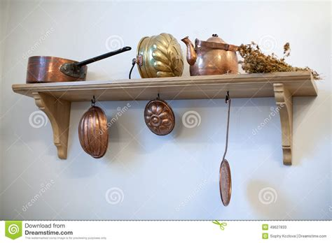 vieux ustensiles de cuisine étagère de cuisine avec de vieux ustensiles de cuivre