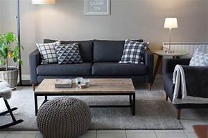 mur gris clair et canape gris fonce coussins graphiques With tapis de course avec canapé home salon