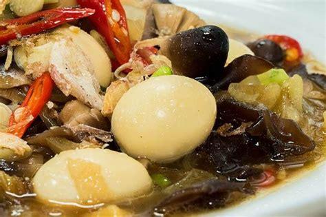 Panaskan minyak, tumis bawang merah dan bawang putih sampai matang. Cara Membuat Semur Telur Puyuh yang Praktis dan Antirepot
