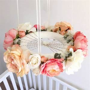 fabriquer un mobile bebe projets diy originaux pour une With chambre bébé design avec couronne de vraies fleurs