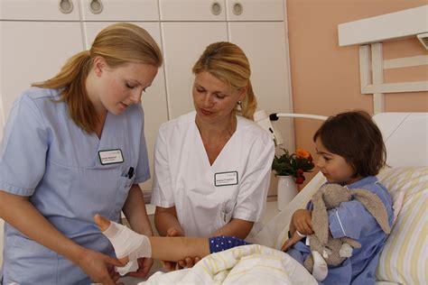 ausbildung gesundheits und kinderkrankenpfleger schule