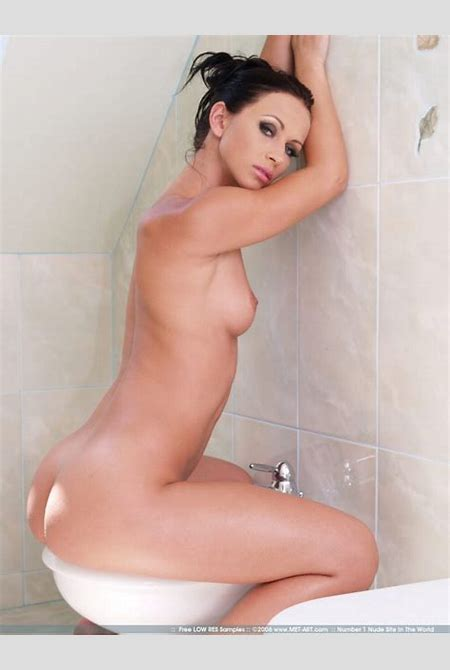 Susana Spears in bathroom