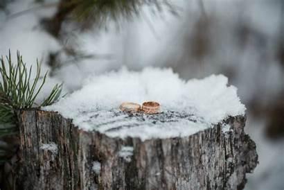 Winter Weather Snow Stump Heiraten Rings Winterhochzeit