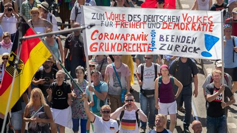 """Querdenker — als querdenker wird bezeichnet: Corona in Deutschland: Berlin verbietet Demo - """"Querdenker ..."""