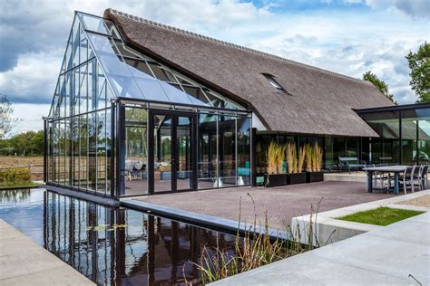 Moderne Architektur Satteldach by Cottage Meets Greenhouse In Modern Thatched Home Curbed