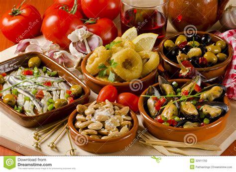 cuisine espagnole tapas assortis des plats en céramique
