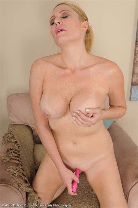 jennifer best play and display her pink kitty milf fox