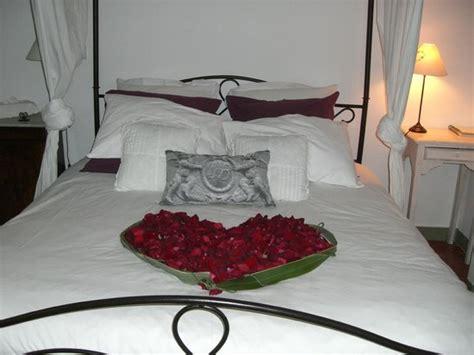 demande en mariage romantique dans la chambre coquine