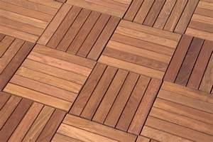 Holzplatten Für Balkon : wie werden holzfliesen verlegt ~ Frokenaadalensverden.com Haus und Dekorationen