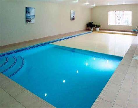 kolam renang ruangan rumah eksterior rumah