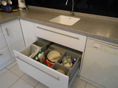 aménagement de cuisine tiroir poubelles recyclage motorisé