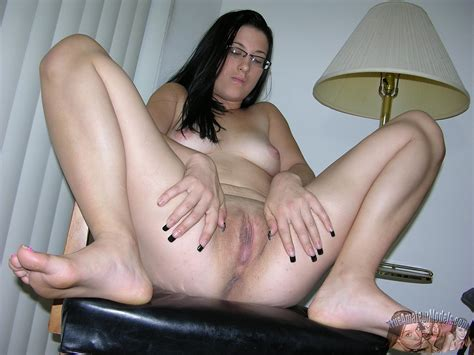 Nude Amateur Italian Babe Riley Showing Her Tight Pussy