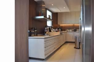 cuisines en u cuisine couloir en u blanche et bois grégory cugnet