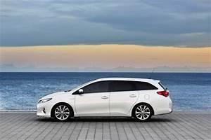 Avis Toyota Auris Hybride : toyota auris touring sports galerie photos ~ Gottalentnigeria.com Avis de Voitures