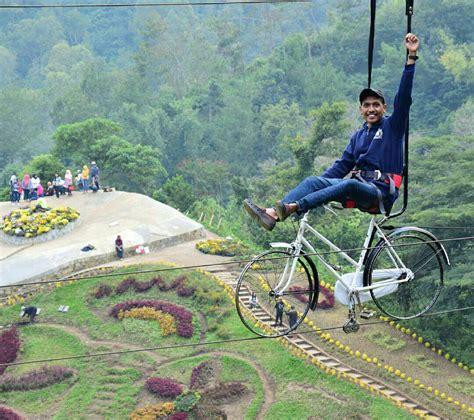 sensasi mengendarai sepeda gantung  atas ketinggian