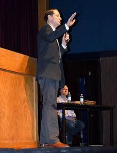 Wyden calls for hike in minimum wage | Hood River News