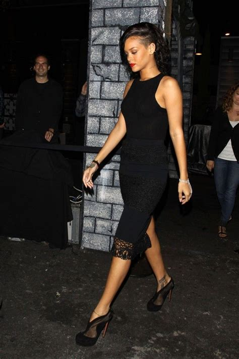 Singer+Rihanna+keeping+simple+black+dress+LqWeIoCF6vJx.jpg (682u00d71024) | Rihanna