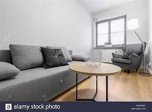 Sofa Kleines Wohnzimmer : contemporary lounge gray sofa wall stockfotos contemporary lounge gray sofa wall bilder alamy ~ Markanthonyermac.com Haus und Dekorationen