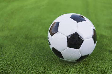 solo balon de futbol en cesped verde descargar fotos gratis