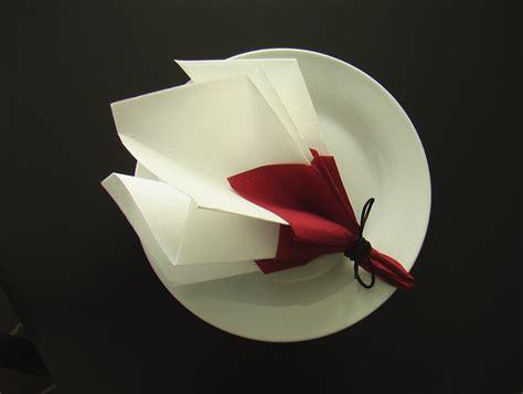 pliage serviette d 233 coration table bouquet de printemps