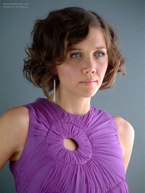 Maggie Gyllenhaal's short 1920s hairstyle with finger waves