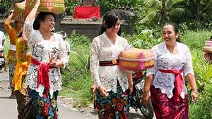 Volunteer in Bali and learn to dress up as a real Balinese