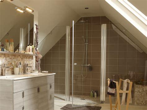 salle de bain dans chambre sous comble aménager une salle de bains sous les toits travaux com