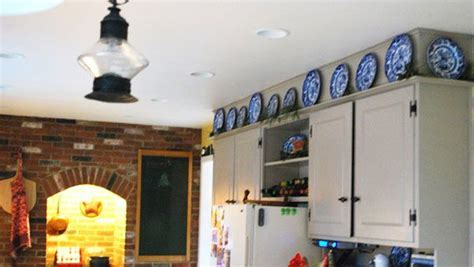 How to Decorate Above Kitchen Cabinets ? Ideas for