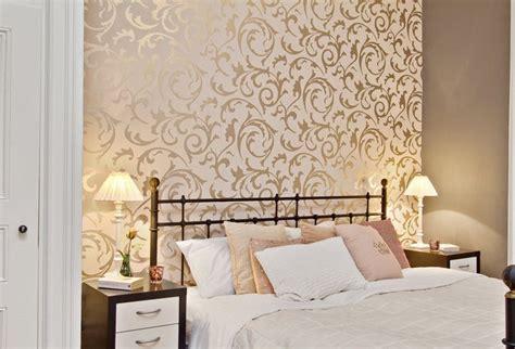 wallpaper dinding kamar karakter berpenghuni