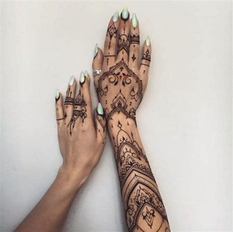 tatouage des mains  de lavant bras au henne bodyart