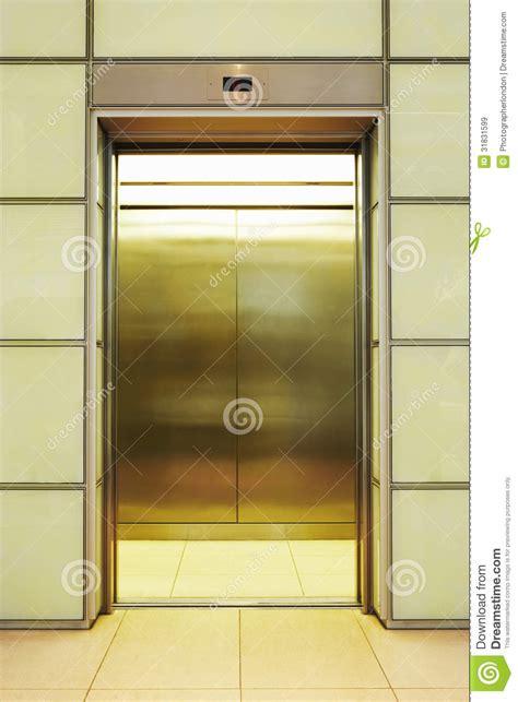 bureau d ude ascenseur videz l 39 ascenseur ouvert images libres de droits image