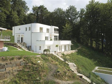 Moderne Häuser Aussenanlage by Wei 223 Es Haus Am Hang Mit Bodentiefen Fenstern Haus Am