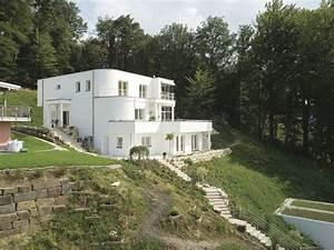 Haus Am Hang Bauen Stützmauer : wei es haus am hang mit bodentiefen fenstern hausideen ~ Lizthompson.info Haus und Dekorationen