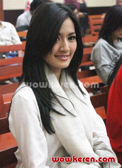 Foto Asty Ananta Hadir Di Sidang Putusan Roger Danuarta