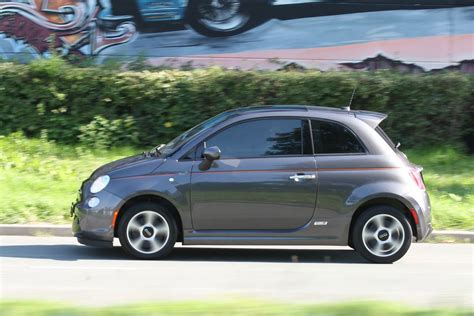 The fiat 500e brings italian styling and flair to the burgeoning electric vehicle market. Fiat 500E Eerste rijtest - AutoWeek.nl