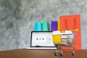 Online Shop De : laptop und einkaufstaschen online shopping konzept ~ Watch28wear.com Haus und Dekorationen
