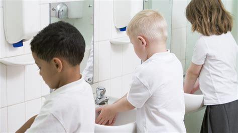 aller aux toilettes 224 l 233 cole un cauchemar pour les enfants magicmaman