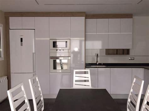 cocina blanco brillo  detalles en madera myc