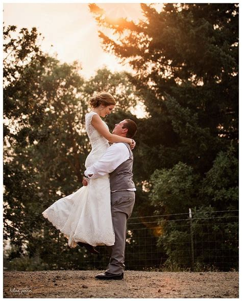 bride  groom posing   wedding poses posing