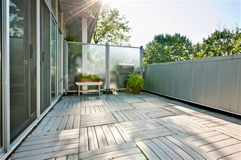 Installer un brise-vue sur un balcon