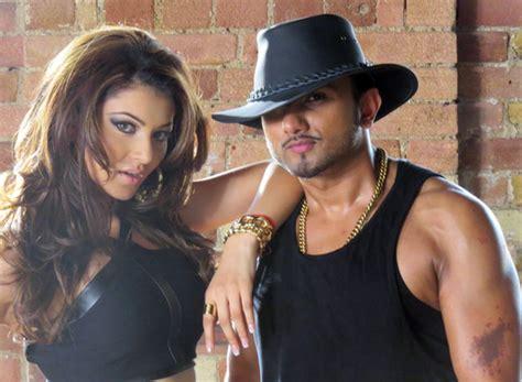 Yo Yo Honey Singh, Urvashi Rautela Romance In Love