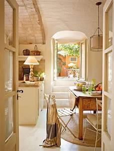 Una casita de pueblo con encanto rustico y un precioso patio for Kitchen colors with white cabinets with papier peint art deco