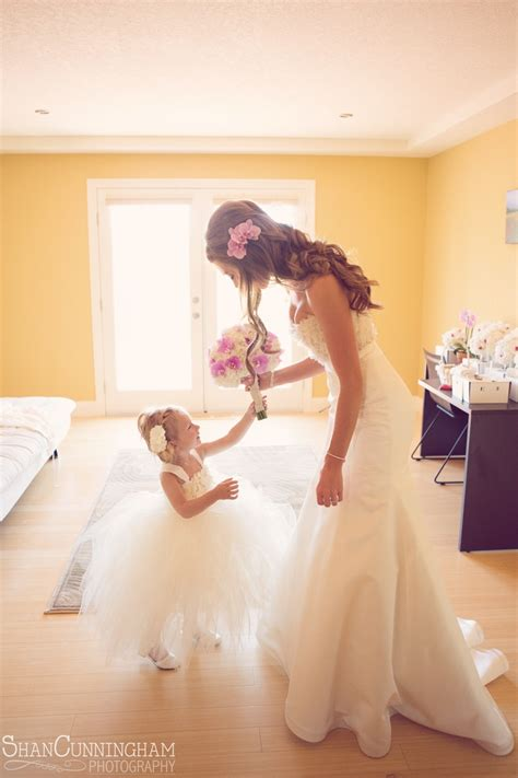 36 Cute Wedding Photo Ideas Of Bride And Flower Girl
