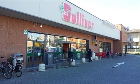 scaffalista supermercato paura in un grande negozio precipita uno scaffale e