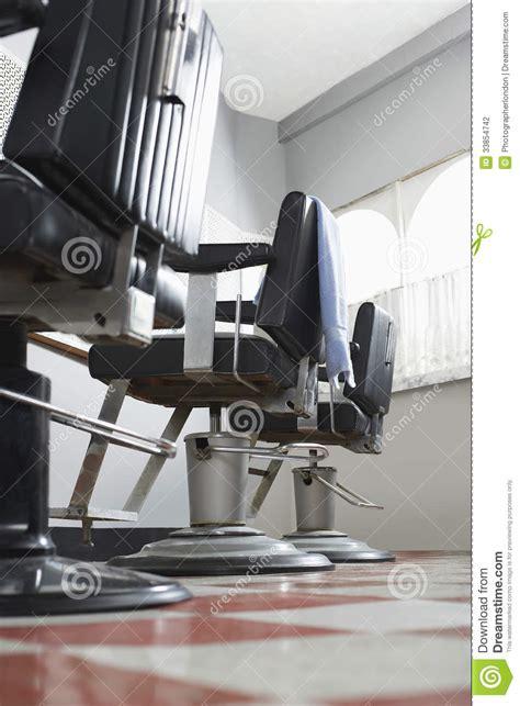 sedie da barbiere le sedie barbiere nel salone di capelli fotografia