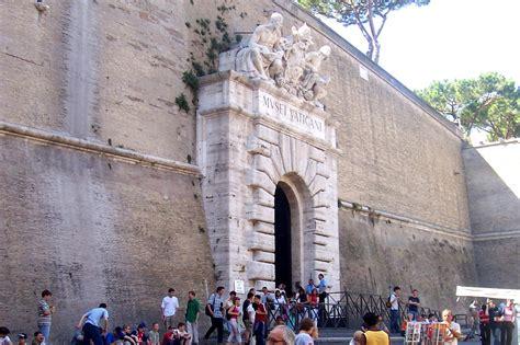 Vaticano Ingresso by File Ingresso Ai Musei Vaticani 2004 Jpg Wikimedia Commons