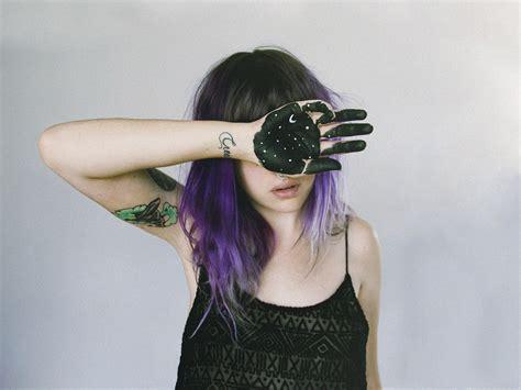 fond decran nuit cheveux longs espace ciel violet