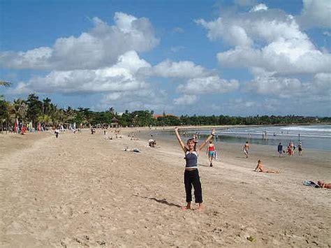 kuta  dreamland beach backpacker   traveling
