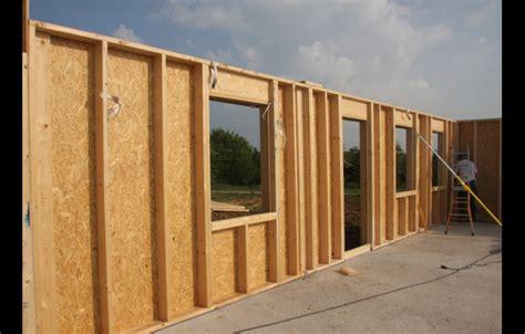 maison en panneaux de bois montage panneaux maison ossature bois